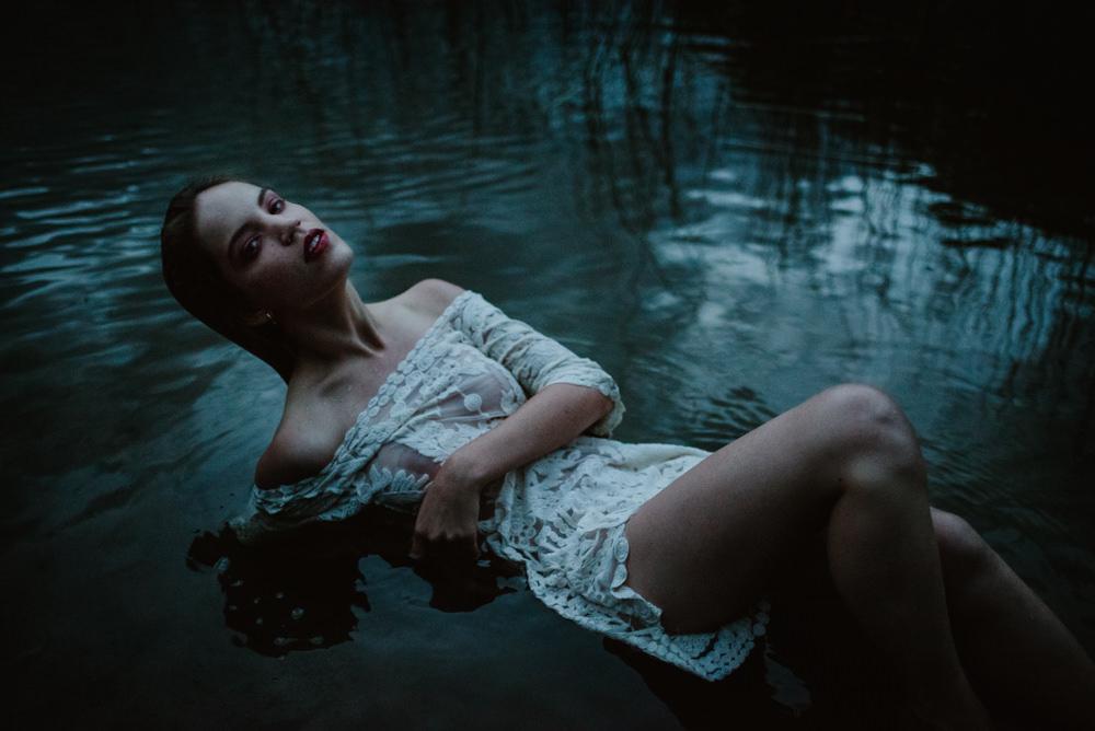 modelo sumergida en el lago bariloche